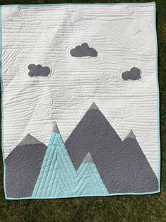 MADE TO ORDER- Mountain Crib Quilt Love the mountains? Then youll love this beautiful crib quilt. Quilting Projects, Quilting Designs, Sewing Projects, History Of Quilting, Baby Boy Quilts, Crib Quilts, Baby Turtles, Turtle Baby, Baby Quilt Patterns