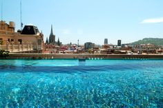 The incredible rooftop pool at Hotel OHLA in Barcelona. By Hotelied.