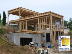 Une facade entièrement en bois et une terrasse aménagée. | Maisons ...