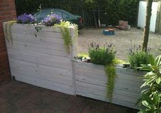 Narrow planter/privacy wall made of pallet wood. via welke Narrow planter/privacy wall made of palle