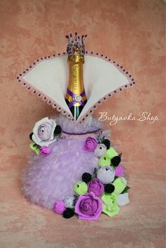 Букеты из конфет - идеи и практика | VK Plastic Bottle Crafts, Wine Bottle Crafts, Lighted Wine Bottles, Bottles And Jars, Bottle Cover, Altered Bottles, Candy Bouquet, Candy Gifts, Diy Wedding Decorations