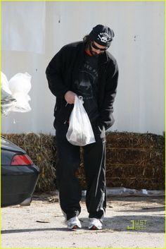 *EXCLUSIVE* Keanu Reeves : Last Minute Christmas Tree