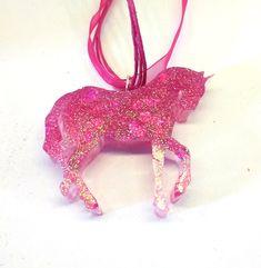 Voici ce que je viens d'ajouter dans ma boutique #etsy : Collier Licorne kawaii rose paillettes coeur http://etsy.me/2EhPZv1 #bijoux #collier #rose #sciencefictionetfantastique #animal #licorne #unicorn #kawaii #cute #mignon