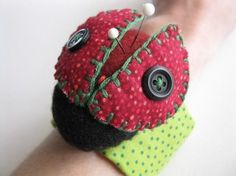 Looking for sewing project inspiration? Check out Lady Bug Wrist Pincushion - PDF PATTERN by member Berry Birdy. Lady Bug, Diy Sewing Projects, Sewing Crafts, Sewing Ideas, Felt Crafts, Fabric Crafts, Sewing Pillows, Sewing Accessories, Sewing Notions