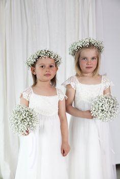 Brudepikebuketter og kranser med brudeslør. Girls Dresses, Flower Girl Dresses, Wedding Dresses, Flowers, Fashion, Dresses Of Girls, Bride Dresses, Moda, Bridal Gowns