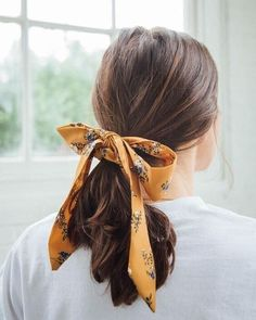 Darling Draped Bow Scrunchie The post Darling Draped Bow Scrunchie appeared first on Geflochtene Frisuren. Bad Hair, Hair Day, Scarf Hairstyles, Easy Hairstyles, Brunette Hairstyles, Teenage Hairstyles, Elegant Hairstyles, Summer Hairstyles, Vintage Hairstyles