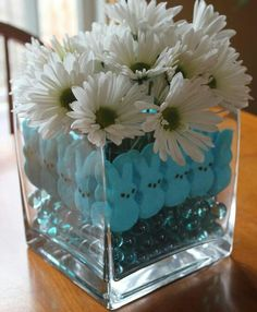 Easter decorating ideas. Vase with white daisies and colorful peeps