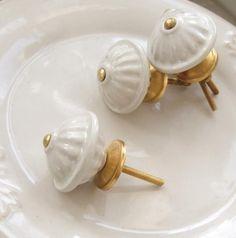 Gammeldags dekorerad  keramik knopp med guld stomme.