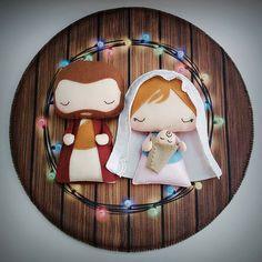 natal sagrada familia Christmas Feeling, Felt Christmas, Christmas Crafts, Christmas Decorations, Christmas Ornaments, Nativity Ornaments, Felt Ornaments, Felt Crafts, Diy And Crafts