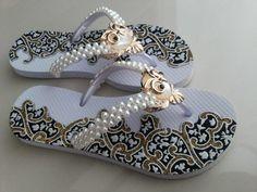 Chinelo Euphore, customizado com Pérolas, Coruja e Lonita. É possível trocar a cor da sola para Azul, Branca, Preta, Marrom ou Vermelha. Consultar disponibilidade no campo de perguntas. Quem Somos A EUPHORE Chinelos é uma empresa focada em comercialização de sandálias de borracha, trabal... Chinelos Flip Flop, Cute Sandals, Shoes Sandals, Crochet Flats, Decorating Flip Flops, Blue Flip Flops, Beaded Shoes, Flip Flop Slippers, Decorated Shoes