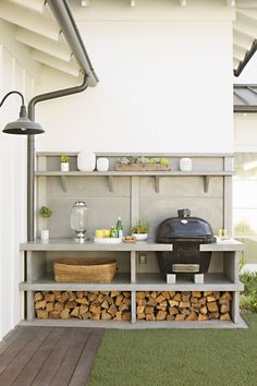 I like the compact and organised layout. Easy to work in area. Grill & outdoor kitchen: Newport Beach House Tour - Home Decor Like Small Outdoor Kitchens, Modern Outdoor Kitchen, Outdoor Rooms, Outdoor Gardens, Big Green Egg Outdoor Kitchen, Small Patio, Small Yards, Small Grill, Outdoor Patios
