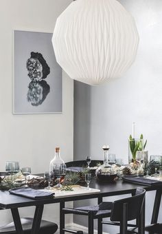 Nordic table setting for Christmas with natural decorations from the garden.