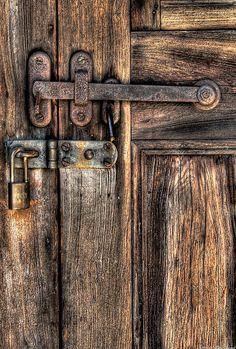 Woodburned barn door latch and padlock. Old Doors, Windows And Doors, Door Knobs And Knockers, Black Door Handles, Rustic Doors, Unique Doors, Black Doors, Foto Art, Old Houses
