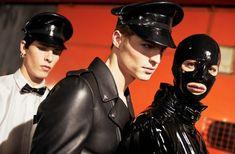 Jeremy Scott trae a Moschino el fetiche del látex y la subcultura BDSM - ELLE Milan Men's Fashion Week, Mens Fashion Week, Fashion News, Fashion Show, Jeremy Scott, Susan Sontag, Moschino, Gianni Versace, Jean Paul Gaultier