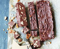 Nem chokoladefudge kan bikses sammen på kun 10 minutter og med kun 6 ingredienser – så bliver det altså ikke meget nemmere.