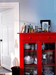 Rött skåp mot grå vägg