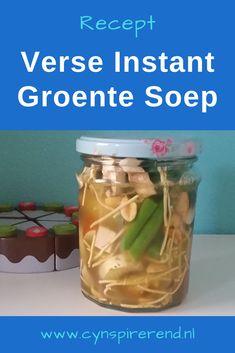 Ik heb een nieuwe manie! Verse instant soepen! Met deze soepjes krijg je op een supersimpele manier groente binnen. Én het is een makkelijke manier om je leftover groentes te verwerken in een heerlijk soepje bij de lunch. Vandaag is het de tijd voor mijn tweede verse instant soep recept, namelijk: verse instant groentesoep! Pickles, Cucumber, Mason Jars, Blog, Mason Jar, Blogging, Pickle, Zucchini, Pickling