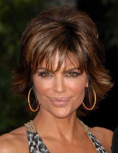 Lisa is sporting a short pieced and highlighted brunette hairstyle at the SAG Awards. This hairstyle really works well with her exotic features and while easy to do she manages to still make it very chic and elegant.