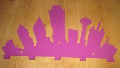 Wieszak miejska panorama w kolorze fioletowym.  Zapraszamy www.wieszaj.pl Wieszak o szer. 50 cm w cenie 99zł.