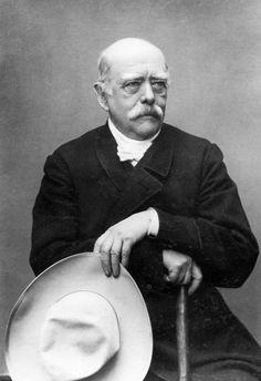 * Otto von Bismarck * (Otto Eduard Leopold von Bismarck-Schönhausen). Diplomata, Político prussiano. Chanceler da Alemanha. Primeiro Ministro da Prússia. Coube a êle lançar as bases do 2º Império, ou 2º Reich(1871-1918). (Schönhausen, 1º/Abril/1815 - Aumükle, 30/Julho/1898).