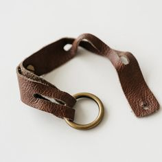 dark brown leather bracelet with mini brass ring Diy Leather Bracelet, Diy Leather Earrings, Leather Cuffs, Leather Jewelry, Brown Leather, Leather Accessories, Leather Bags, Diy Leather Gifts, Diy Leather Projects
