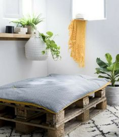 Coussin Palette : Guide d'Achat 2019 (+ Bons Plans) Cushion for pallet: where to find them? Outdoor Sofa, Banquette Palette, Small Porch Decorating, Small Porches, Wooden Pallets, Entryway Bench, Sweet Home, Cushions, House Design