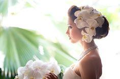 沢尻エリカさんの結婚式で人気となった、大輪のお花を髪飾りとして用いる洋風な髪型。最近は、ユリやカサブランカの他にも、胡蝶蘭でアレンジをする花嫁さんが増えています!胡蝶蘭は、高級感と品がある上に、白無垢&色打掛けにもウェディングドレスにも相性がいいので、花嫁さんから人気なのです**