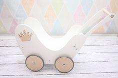 Wózek wykonany z wysokiej jakości drewna twardego-sklejki,  pomalowany farbami z atestem, bezpiecznymi dla dzieci.    Oferta dotyczy wózka dla lalek .    WYMIARY:  wysokość od podłoża do...