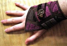 Bracelet en tissus Pinterest Textile Jewelry, Fabric Jewelry, Textiles, Katies Fashion, Felt Bracelet, Diy Fashion Hacks, Fabric Bracelets, Dread Beads, Geometric Fabric