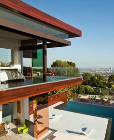 Here is a contemporary villa located in the Hollywood Hills that was designed by architect David Thompson and Kevin Southerland Assembledge LA studio. Villa is situated Mount is perfect scenery surrounding this villa because dapt see the sights in an amazing 180 degrees from the Los Angleles. Standing on the sloping land, this house plan simple geometric shape with the silhouette, horizontal low profile.