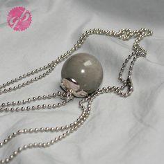 Auch Grau kann glänzen, das beweist diese silberne Kugelkette mit einem Kettenanhänger aus Beton.  Die  Perle aus Beton bildet einen tollen Kontra...