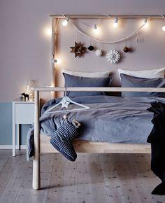Ein weihnachtlich geschmücktes GJÖRA Bettgestell in Birke:  Das Tolle am Schlafzimmer ist ja, dass es ganz privat ist und sich Gäste eher selten hierhin verirren. Leider bedeutet das auch, das hier meist der Weihnachtsstimmung die Luft ausgeht. Das wollen wir ändern, zum Beispiel mit ein paar Lichterketten und etwas Weihnachtsschmuck rund ums Bett. Süßer die Träume nie klingen!