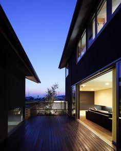 "907 Likes, 5 Comments - 川添純一郎建築設計事務所 (@kawazoe.junichiro.architects) on Instagram: ""中庭の家・・・南棟と北棟の間に、デッキの中庭があり、リビングに繋がります。  写真:玉森潤一…"""