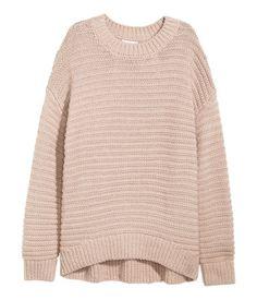 Pullover aus weicher Strickqualität. Modell mit langem Arm, überschnittenen Schultern und etwas verlängertem Rückenteil.