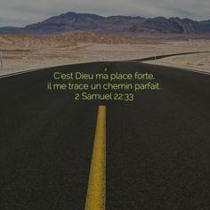 La Bible - Versets illustrés - 2 Samuel 22:33 - C'est Dieu ma place forte, il me trace un chemin parfait.