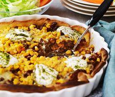 En smakrik nötfärspaj med tomat och majs som reder sig själv i ugnen, perfekt vardagsmat. Färsen kryddas med bland annat spiskummin, oregano och paprikapulver och blandas sedan med pastasås. Häll färsblandningen över pajdegen, toppa med majs och ost, avsluta i ugnen. Servera med sallad och pestosås. Ost, Fried Rice, Cobb Salad, Fries, Ethnic Recipes, Nasi Goreng, Stir Fry Rice