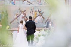 Entre as flores da dessa decoração linda, feita com Boca de Leão 😊. Capela são José.      contato@aboveall.com.br  www.aboveall.com.br    #Boatarde #noivalinda #Abovefotografia #fotografiadecasamento #casamento #noivei #noivos #vestidodenoiva #Bride #love #weddingphotograph  #Fotografiadecasamento #AboveFotografia #Noivei #Casamento #Noiva #Bride #Wedding #SaoPaulo #Love