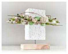 Ciekawa, nowoczesna kompozycja do postawienia. Biała baza została udekorowana kremowymi kwiatkami sola, białymi kwiatkami, muszlami , szklanymi kamykami w kolorze pistacjowym , zielonymi kulkami, suszem i kryształkami. Wysokość kompozycji to ok. 32 cm Szerokość kompozycji 46 cm Kompoz... Ikebana Arrangements, Modern Floral Arrangements, Flower Arrangements, Arte Floral, Deco Floral, Floral Design, Centerpiece Decorations, Flower Decorations, Flower Show