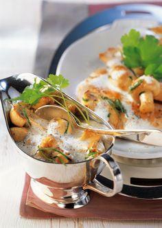 Ein Muss für alle Pilzliebhaber! Unser Küchenchef zaubert aus den Champignons eine herrlich-leichte Pilzrahmsauce. Dazu servieren wir Reis. Mit QimiQ Saucenbasis erreichst du im Handumdrehen eine sämige Konsistenz – ganz ohne zusätzliche Stärke.
