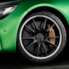 """Mercedes AMG GT R 2017 Motor V8 biturbo 4.0 com 585 cv de potência e brutais 700 Nm já com 1.900 rpm. O câmbio é automatizado de dupla embreagem e a tração é traseira. O conjunto garante 0 a 100 km/h em 36 segundos e máxima de 318 km/h. Rodas aro 19"""" com disco de freio de cerâmica. Pneus Michelin Pilot Sport Cup 275/35 ZR19 na dianteira e 325/30 ZR 20 na traseira.  #CarroEsporteClube #MB #mercedesbenz #GTR #MercedesAMG #AMGGT #fastcars #acelerados #auto #brasil #cargramm #carporn #carro…"""