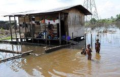 #Planete La Banque mondiale prédit un «cataclysme climatique» pour 2060 ! De petits Nigérians jouent près de leur maison, après des inondations à Yenagoa le 15 novembre 2012