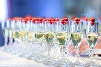 Немного информации о том, что актуально для свадеб, проводимых на Кипре в 2016 году. Вместо столов, обильно уставленных едой, даже очень вкусной, нынче в моде свадебные коктейли – столы, уставленные прохладительными напитками (очень ценится в условиях жаркой кипрской погоды), фрэшами, лимонадами, морсами, пуншами и прочими приятными на вкус, полезными и освежающими напитками.
