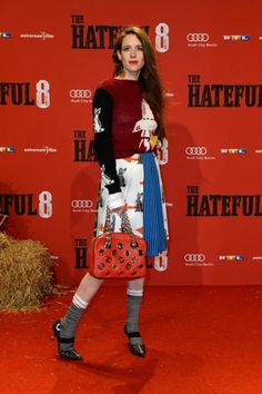 """Julia Malik kennt man hauptsächlich, weil sie mit August Diehl verheiratet ist und während der Berliner Fashion Week in den allermeisten Frontrows sitzt. Dafür, dass Malik nicht gerade eine Starschauspielerin ist, darf sie  immer ziemlich coole Mode tragen. Zur Deutschlandpremiere von """"The Hateful 8"""" erschien sie in einem Prada-Ensemble aus der Resort-Kollektion."""