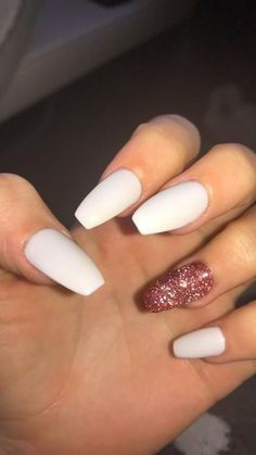 In look for some nail designs and ideas for your nails? Here's our listing of must-try coffin acrylic nails for stylish women. Simple Acrylic Nails, Summer Acrylic Nails, Best Acrylic Nails, Acrylic Nail Designs, White Acrylic Nails With Glitter, Acrylic Nails Coffin Ombre, Clear Acrylic, Aycrlic Nails, Gold Nails