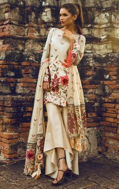 Indian fashion has changed with each passing era. The Indian fashion industry is rising by leaps and bounds, and every month one witnesses some new trend o Pakistani Couture, Indian Couture, Pakistani Outfits, Indian Outfits, Ethnic Fashion, Asian Fashion, Casual Dresses, Fashion Dresses, Fashion 2017