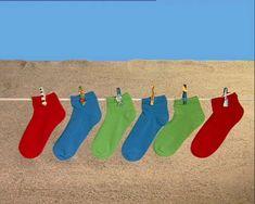 Twee rode, twee blauwe en twee groene sokken bewegen op muziek.