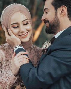 Muslim Couple Photography, Wedding Photography Poses, Wedding Poses, Wedding Photoshoot, Wedding Couples, Wedding Ideas, Wedding Pictures, Muslimah Wedding Dress, Hijab Wedding Dresses