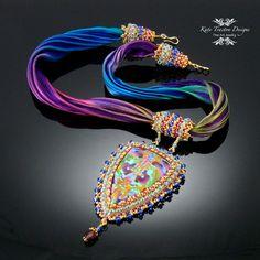 Contessa collier pendentif, broderie de perles, argile polymère, pourpre, or, vert à la menthe