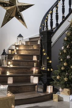 A nice bright decoration of the stairs for Christmas - Weihnachtsdeko draussen ☃️ Noel Christmas, Christmas Lights, Xmas, Christmas Stairs, Christmas Wreaths, Christmas Crafts, Christmas 2019, Beautiful Christmas Decorations, Holiday Decor