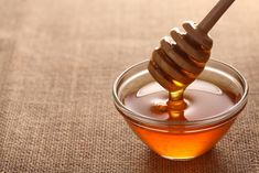 Natural sugar alternatives include: agave nectar, brown rice syrup, local honey, maple syrup, stevia and xylitol. Find out more about each. Natural Asthma Remedies, Natural Cures, Home Remedies, Natural Health, Sleep Remedies, Sinus Remedies, Constipation Remedies, Manuka Honey, Raw Honey